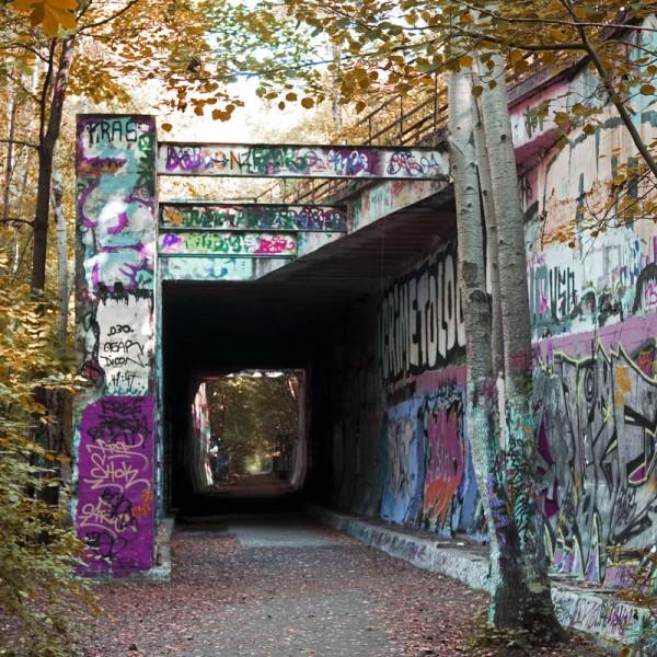 Bahntunnel mit Graffiti