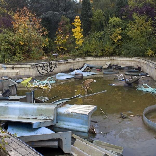 Müll und Überreste des Spaßbades im Schwimmbecken